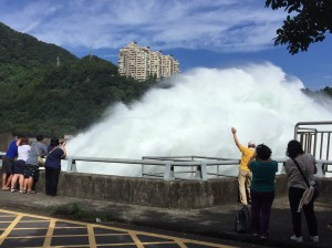 """This handout photo taken by the Water Resources Agency and released by CNA Photo on July 7, 2016 shows visitors watching as water is released as a preventive measure from the Shihmen Dam in the northern city of Taoyuan as weather forecasters warn of torrential rains and fierce winds from approaching Super Typhoon Nepartak. Taiwan cancelled more than 100 flights and shut schools and offices on July 7 as the island braced for a direct hit from Super Typhoon Nepartak, the first major tropical storm of the season. / AFP PHOTO / CNA PHOTO / Water Resources Agency /  - Taiwan OUT - China OUT - Hong Kong OUT - Macau OUT / -----EDITORS NOTE --- RESTRICTED TO EDITORIAL USE - MANDATORY CREDIT """"AFP PHOTO / CNA PHOTO / Water Resources Agency"""" - NO MARKETING - NO ADVERTISING CAMPAIGNS - DISTRIBUTED AS A SERVICE TO CLIENTS - NO ARCHIVES /"""